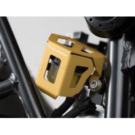 Protector del depósito de líquido de frenos dorado.